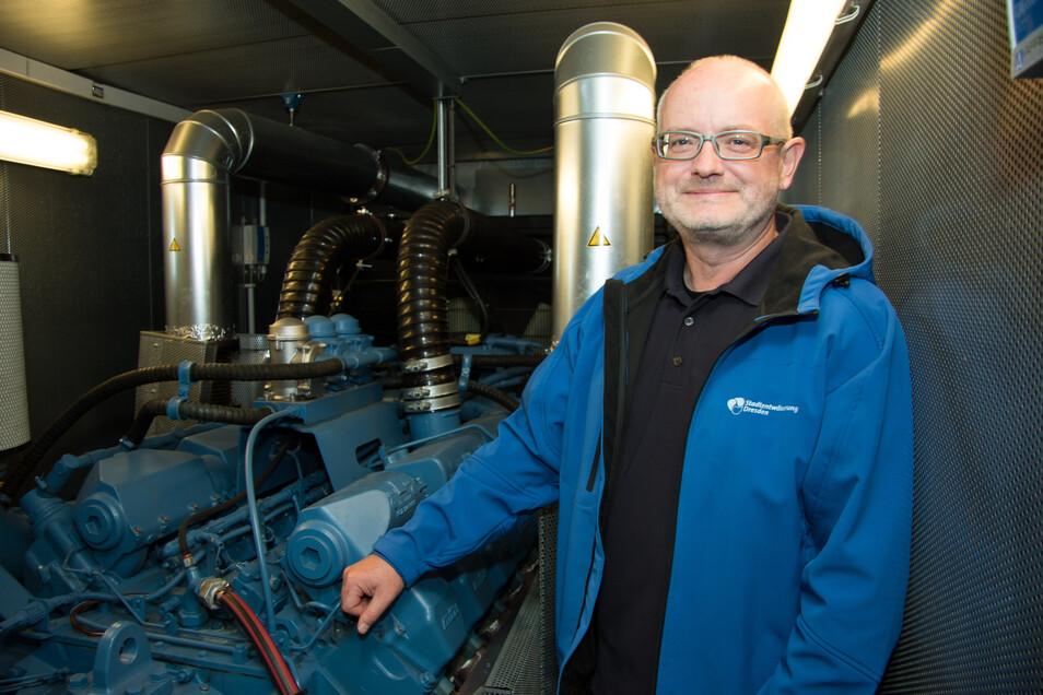 Klärwerkschef Gert Bamler am Notstromagggregat, mit dem beim Stromausfall die Anlagen am Zulauf des Klärwerks weiter betrieben werden können. Beim jüngsten Blackout wurde es nicht benötigt.