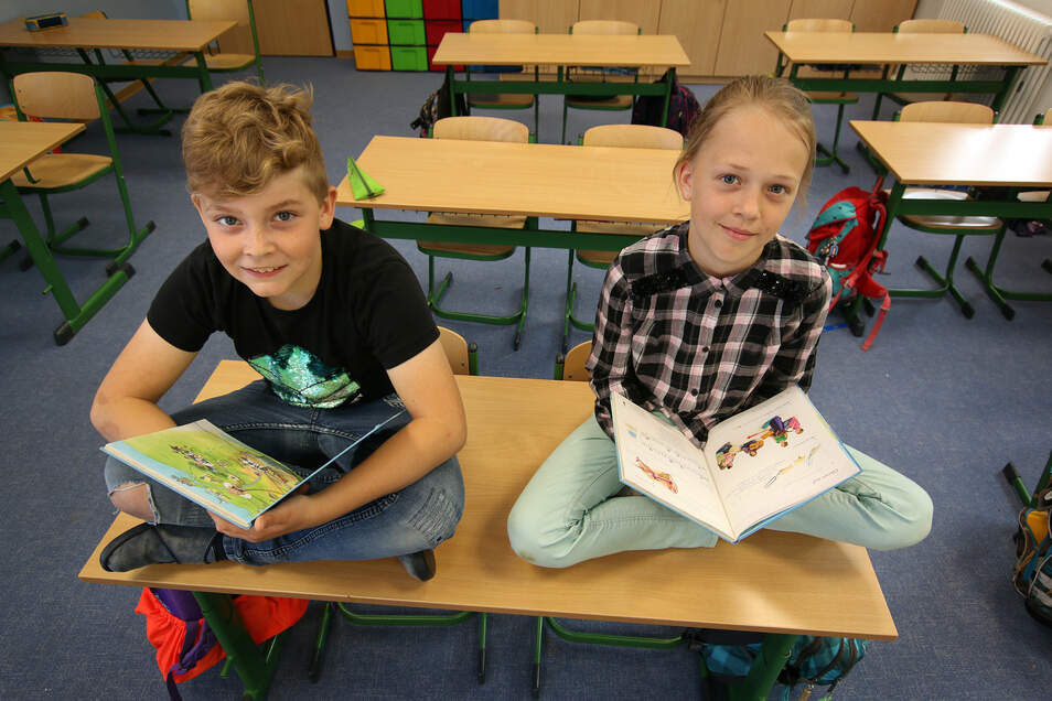 Nur fürs Foto dürfen sich Jermain und Magdalena aus der Klasse 4c der Waldheimer Grundschule auf den Tisch setzen. Die Kinder wünschen sich so schnell wie möglich ihren normalen Schulalltag zurück.