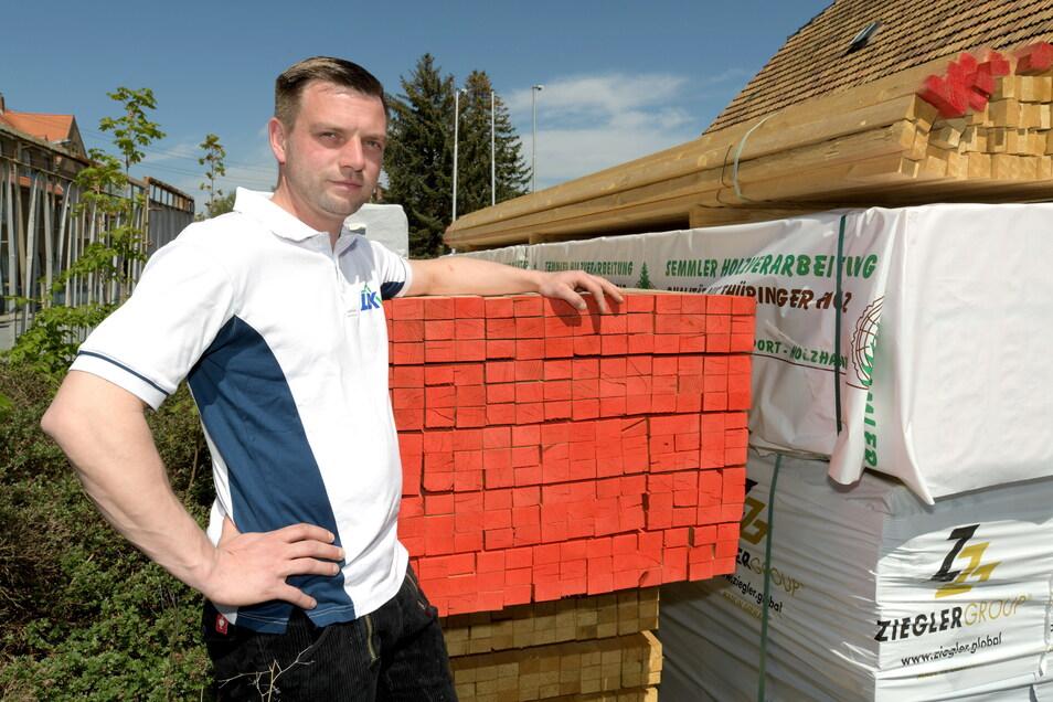 Dachdeckermeister Ronny Seibt mit seinen wertvollen Vorräten an Dachlatten. Wer jetzt noch Material hat, hütet es wie seinen Augapfel.