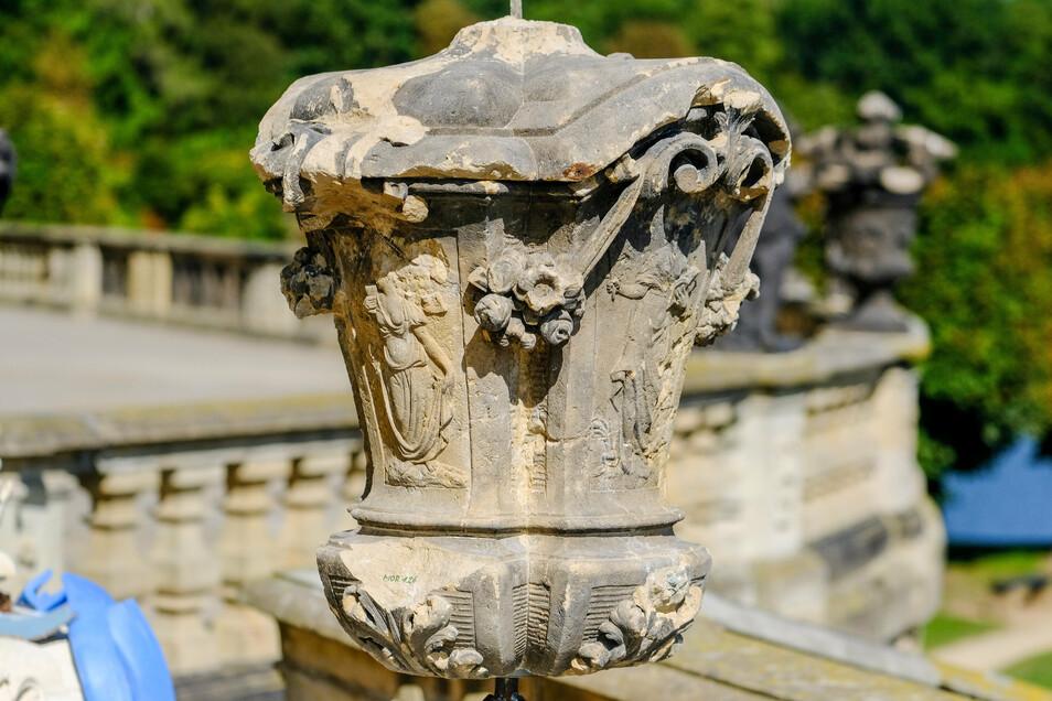 So sieht das verwitterte Original der Skulptur aus. Die Vase kommt ins Lapidarium - der Sammlung der Steinwerke - unter der Schlossterrasse.