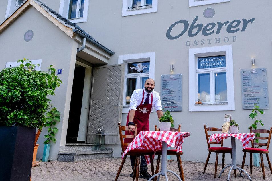"""Gianni Di Matteo, der Serviceleiter der """"Nonna Rosa"""", wie der einstige Obere Gasthof in Weinböhla jetzt heißt, setzt auf gediegene Speisen und gediegene Ruhe."""