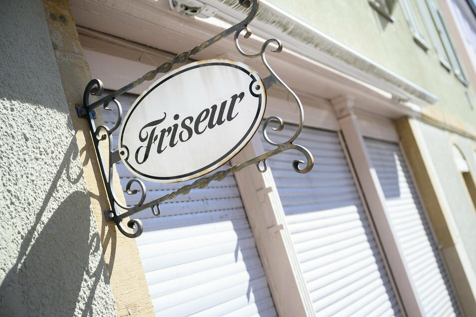 Seit Wochen sind auch bei den Friseuren in Deutschland die Schotten dicht. Viele Geschäftsinhaber sorgen sich um ihre Existenz.
