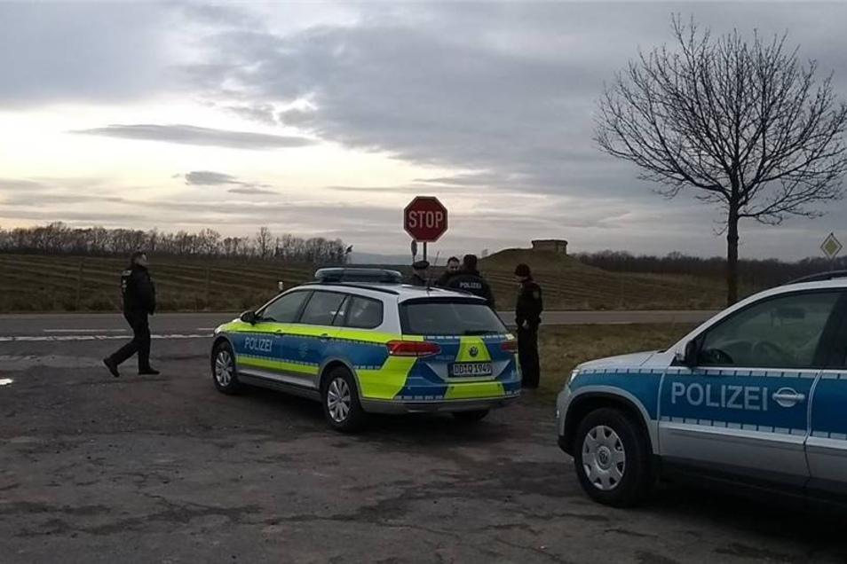 Immer mehr Polizisten treffen vor Ort ein.