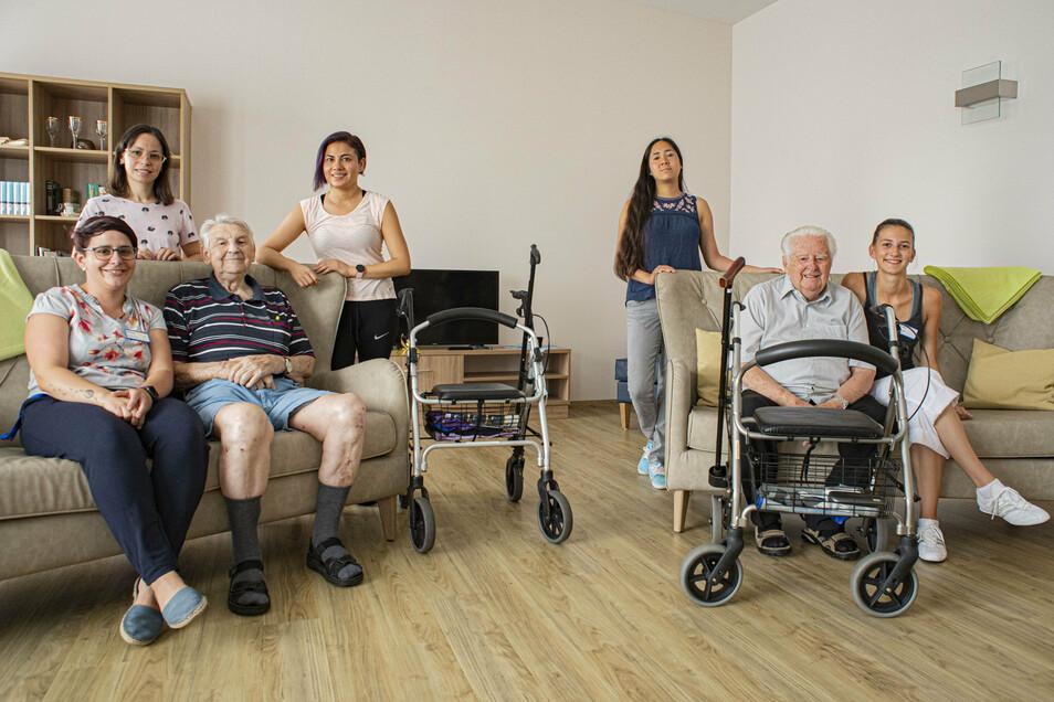 Drei Jahre war die obere Etage des Azurit-Pflegeheimes in Kamenz ungenutzt. Jetzt zieht langsam Leben ein. Auch die deutschen Kolleginnen Andrea Lubk (vorn links) und Selina Pohl (vorn rechts) freuen sich mit den mexikanischen Pflegekräften und den Bewohn