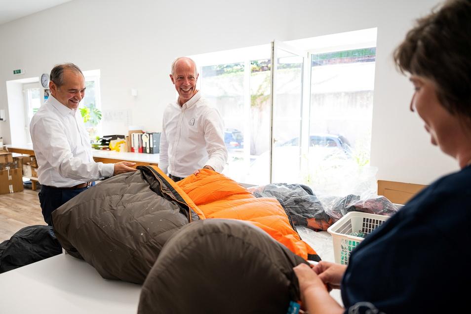 Nordisk-Geschäftsführer Erik Moller (Mitte) stellt dem Görlitzer Oberbürgermeister Octavian Ursu (links) einen Schlafsack vor. An dem arbeitete Carola Kuschel mit.