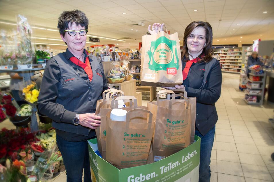 Marktleiterin Annett Leske (rechts) und ihre Stellvertreterin Ramona Fährmann sind froh, dass Rewe zusammen mit seinen Kunden Nieskyer Bedürftigen helfen kann.
