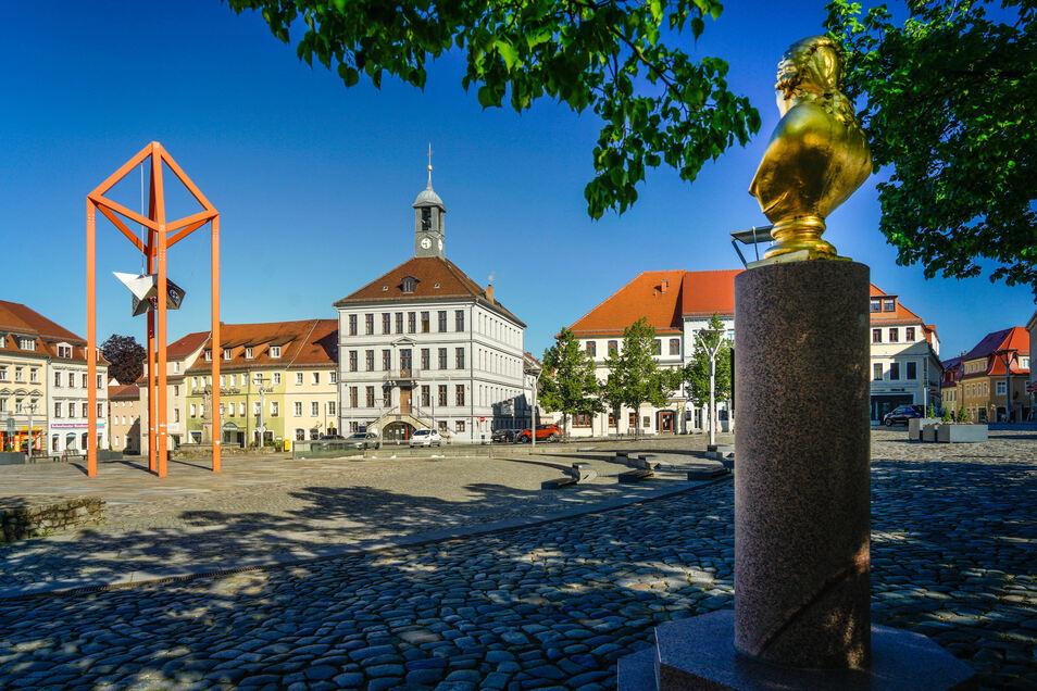 In Bischofswerda starten jetzt wieder öffentliche Stadtführungen. Bei vielen Touren geht es auch über den Altmarkt mit Mediaturm, Rathaus und der Büste des Sachsen-Königs Friedrich August.
