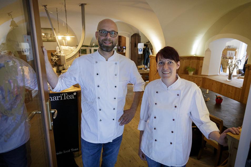Koch Robert Hamann und Köchin Madlen Gäbler stehen in der Obermühle.