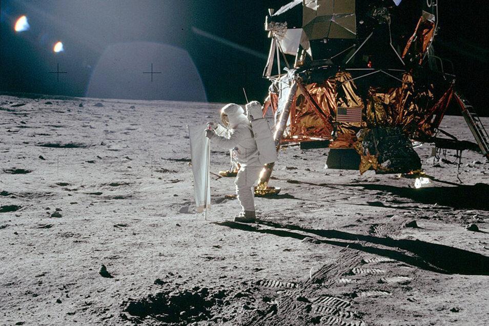 """Buzz Aldrin entfaltet auf der Mondoberfläche das """"Solar Wind Composition Experiment""""."""