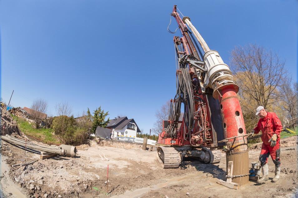 Mit einer 100 Tonnen schweren Spezialmaschine werden 16 Betonsäulen in den Boden gegossen. Sie dienen als Fundamente für das Brückenbauwerk.
