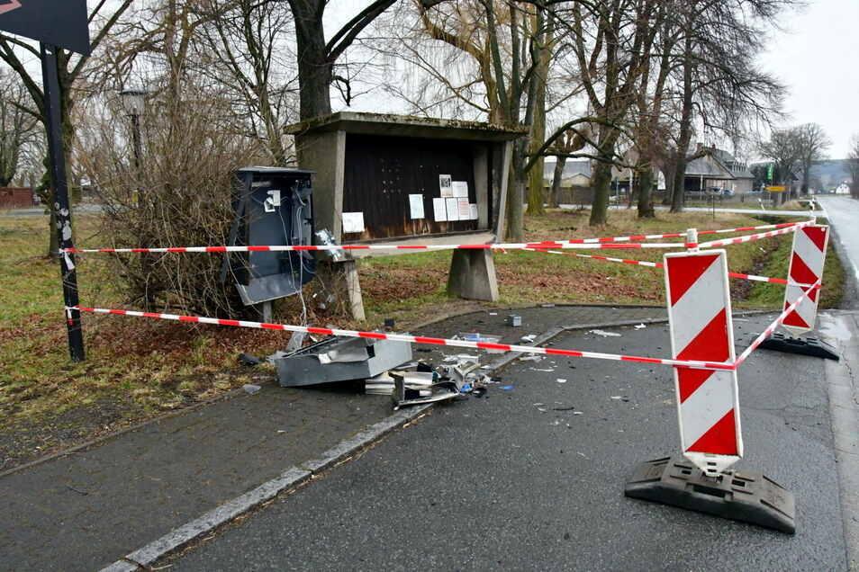 Diesen Zigarettenautomaten am Kulti Großhennersdorf haben Unbekannte gesprengt