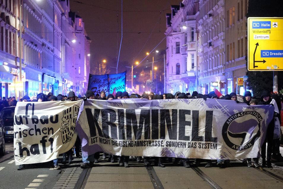 """Teilnehmer einer linken Demonstration ziehen mit Transparenten gegen """"Polizeigewalt und Willkur"""" durch den Leipziger Stadtteil Connewitz."""