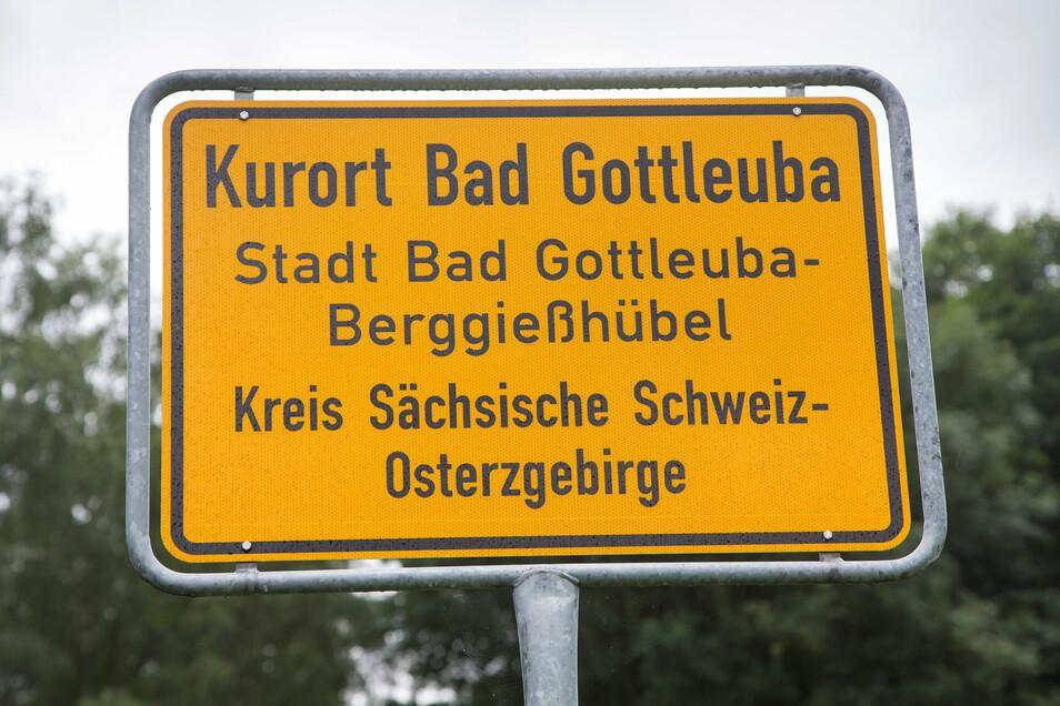 """Eigentlich könnte auf Bad Gottleubas Ortseingangsschild sogar """"Moorheilbad"""" stehen, wenn die Stadt den Titel verteidigt. Aber der Platz auf dem Schild reicht für die Titel schon jetzt nicht."""