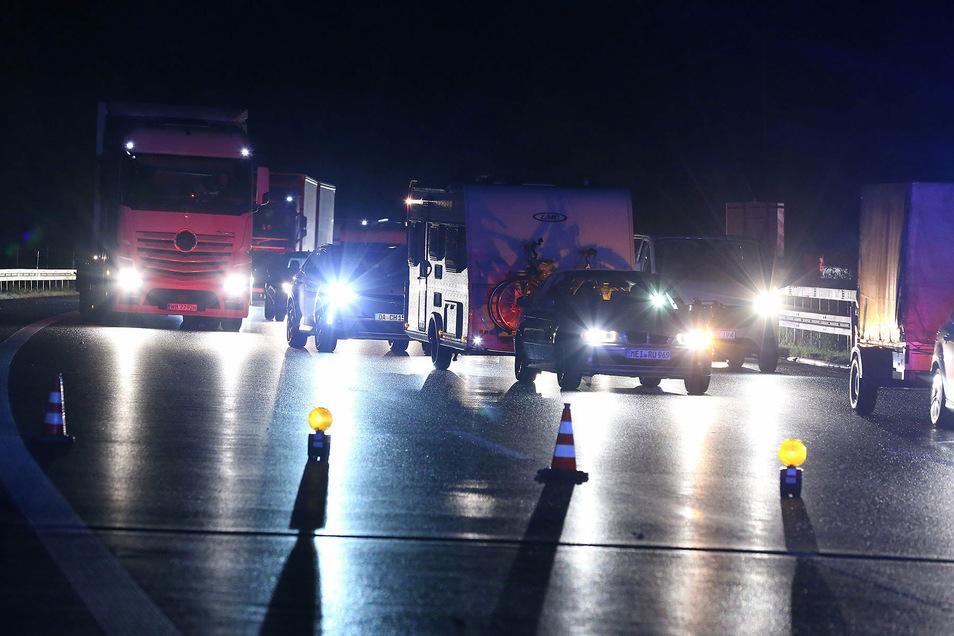 Die Autobahn war zeitweise gesperrt. Später wurde der Verkehr an der Unfallstelle vorbeigeleitet.