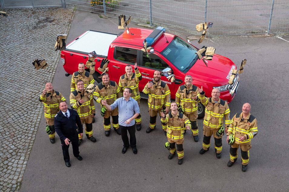 """Matthias Liebscher von der Wählervereinigung """"Klartext"""" (Mitte) hat neue Einsatzhandschuhe an die Roßweiner Feuerwehrleute übergeben. Dort war die Freude darüber groß."""