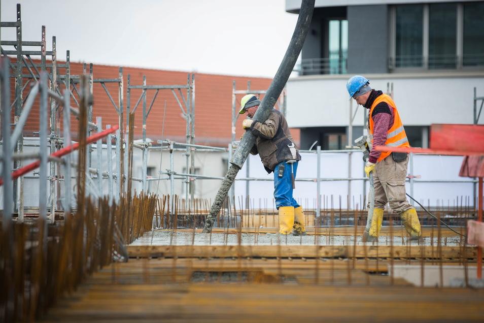 Am Mittwoch ist der erste Abschnitt der Decke über dem zweiten Stock betoniert worden. An diesem Tag wurden rund 500 Tonnen Beton eingebaut.