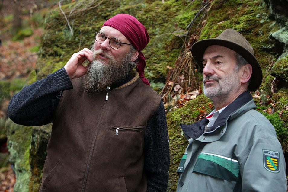 Keine Patentrezepte: Steffen Knorre vom gleichnamigen Bautzener Baumdienst bespricht mit Nationalparkchef Dietrich Butter die Taktik bei den Fällarbeiten.