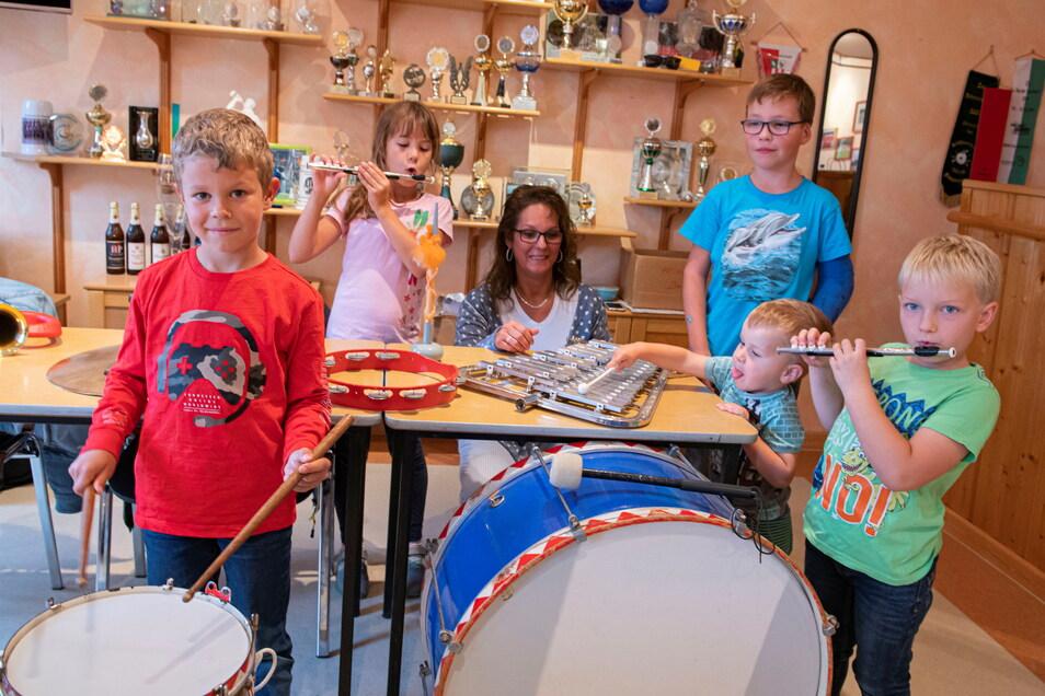 Sie interessieren sich, im Spielmannszug Zabeltitz bei Kati Müller (Mitte) mitzuspielen: (v.l.) Ben (7), Enja (7), Noah (7), Simon (2) und Lukas (7).
