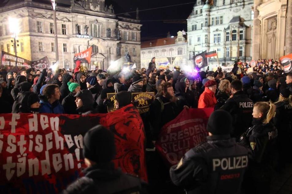 Mehr als 4000 Menschen folgten dem Aufruf, gegen Pegida zu protestieren. In Hörweite der Kundgebungen des asylkritischen Bündnisses ertönte ein Pfeifkonzert.
