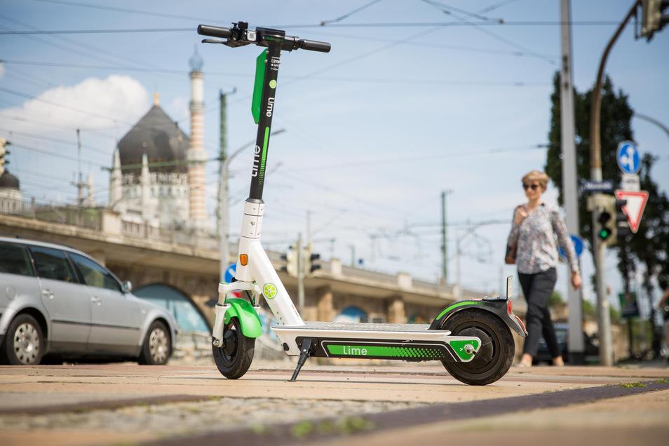 Geparkte E-Scooter stehen am Dienstag auf dem Fußweg an der Könneritzstraße in Dresden.