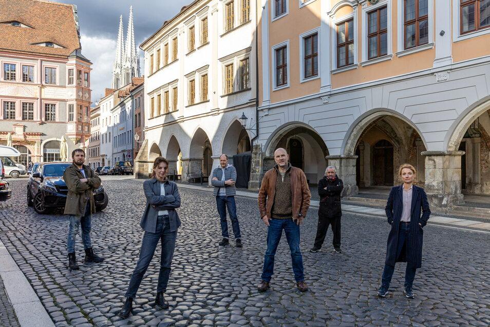 """Das """"Wolfsland""""-Team auf dem Görlitzer Untermarkt: von links nach rechts: Lasse Myhr, Yvonne Catterfeld, Christoph Chassée, Götz Schubert, Regisseur Cüneyt Kaya und Christina Große."""