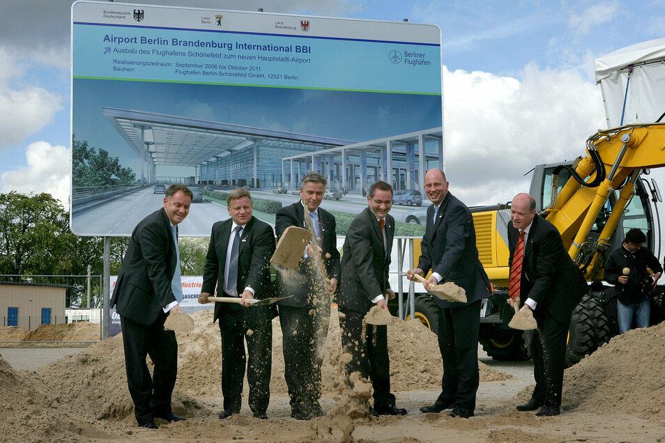 Lang ist's her: Mit einem symbolischen Spatenstich begann im September 2006 der Bau des BER -damals noch unter dem alten Bürgermeister Klaus Wowereit (3.v.l.).
