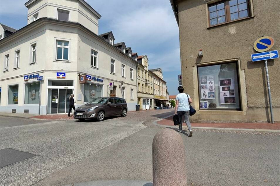 Jetzt ist der Lindenplatz ab dem Fotoladen Einbahnstraße. Aktuelle Pläne sehen dort die – einzige – Ausfahrt auf die Chemnitzer Straße vor. Die Einsicht ist schlecht, finden Autofahrer.