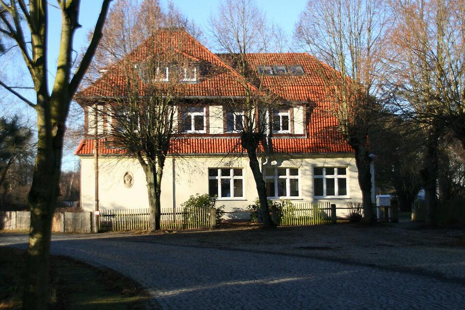 Dieses Gebäude in der Wiednitzer Ortslage Heide wurde 1918 errichtet. Laut Ausschreibung des Landratsamtes besteht Denkmalschutz (Flächendenkmal).