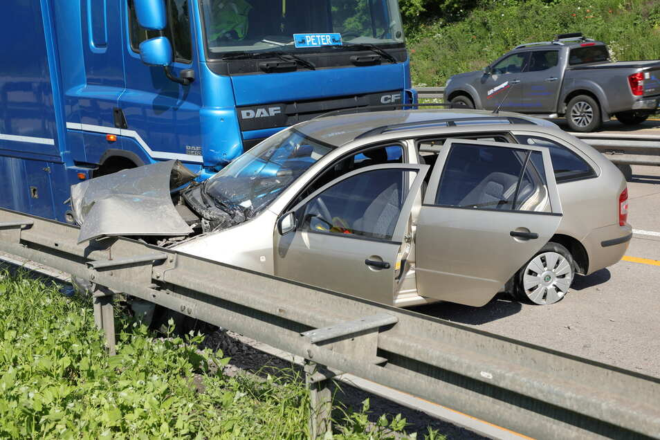 Der Skoda stellte sich auf der Autobahn quer, ein Lkw prallte in die Beifahrerseite.