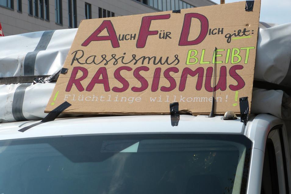 Eine Woche vor der Wahl in Sachsen haben Zehntausende Menschen in Dresden bei einer Demonstration des Bündnisses Unteilbar Flagge gezeigt für eine offene und solidarische Gesellschaft.