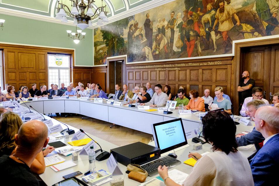34 Stadträte werden in der nächsten Legislaturperiode wichtige Entscheidungen für Radebeul treffen. Sie haben sich in sechs Fraktionen zusammengefunden.