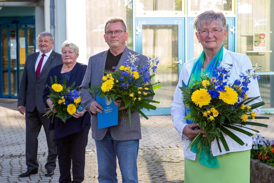 Bürgermeister Peter Mühle mit den Ehrenamtspreisträgern: Angelika Hoke, Eberhard Krause und Sigrid Blumenbach (v.l.).