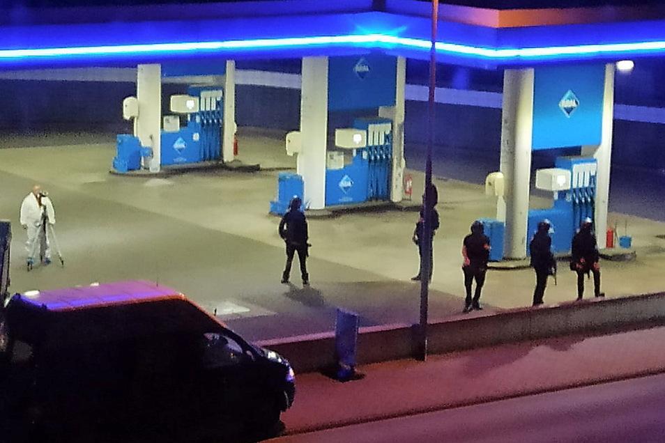 Polizisten sichern nach der Tat die Tankstelle in Idar-Oberstein