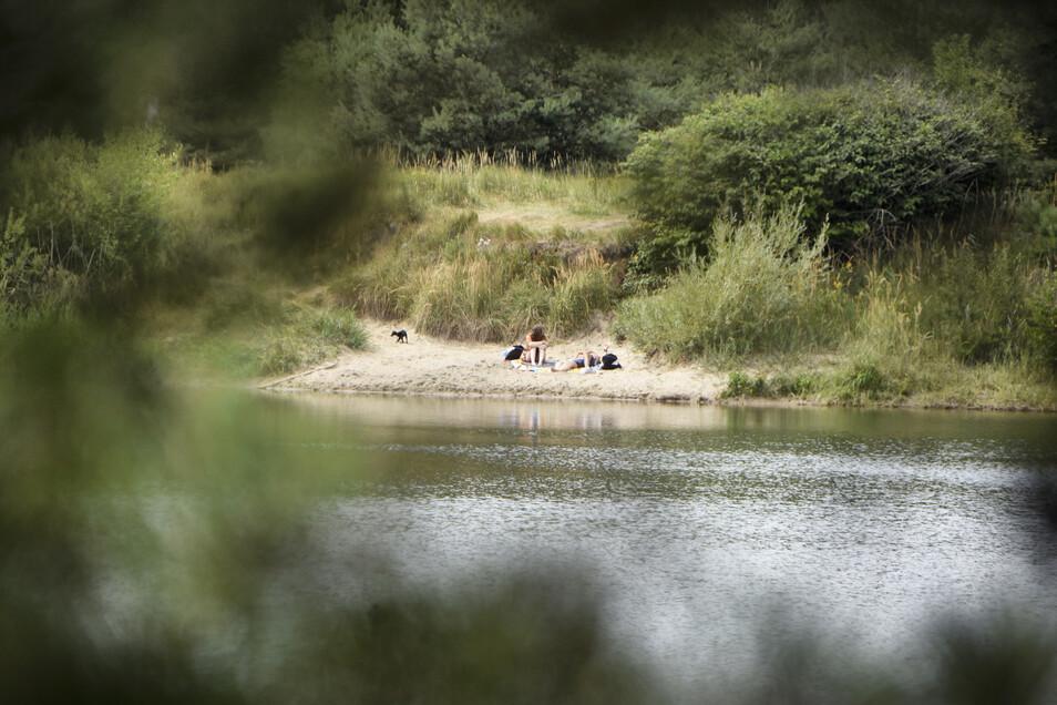 An der Kiesgrube in Nieska finden sich an heißen Sommertagen viele zum Baden ein. Die Angler als Besitzer des Gewässers tolerieren das, wünschen sich aber mehr Respekt und, dass die Gäste ihren Müll mitnehmen. Oft passiert das aber nicht.