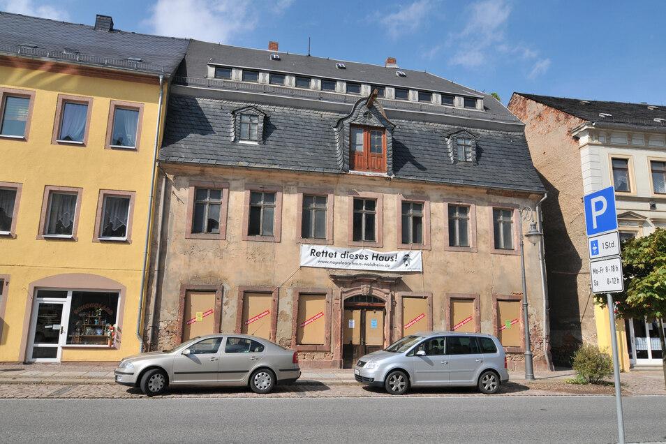 So sah das Napoleonhaus vor der Sanierung aus. Heute ist es ein kleines Schmuckstück. Innen und außen haben sich jedoch einige Risse gebildet.