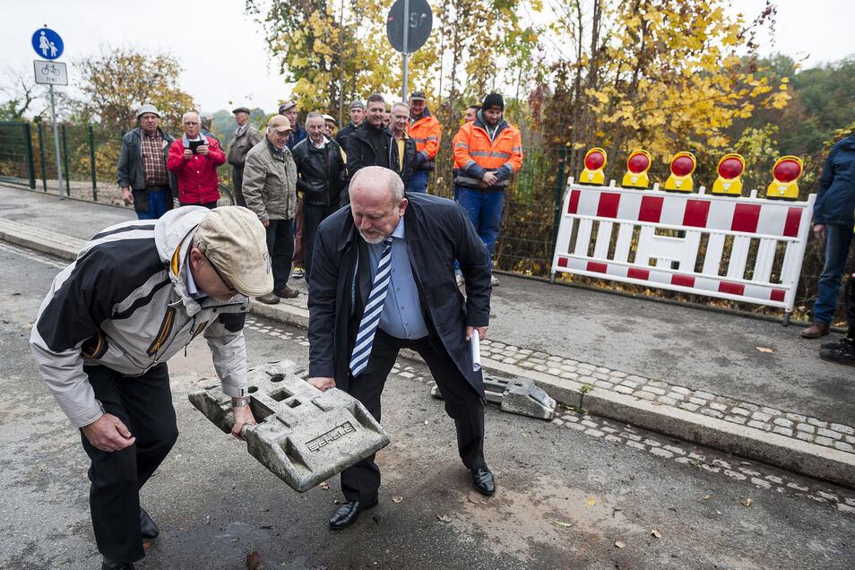 Bauamtsleiter Torsten Tschage (links) und der damalige OB Siegfried Deinege eröffneten im Oktober 2016 die Rothenburger Straße. Jetzt soll der nächste Abschnitt ausgebaut werden.