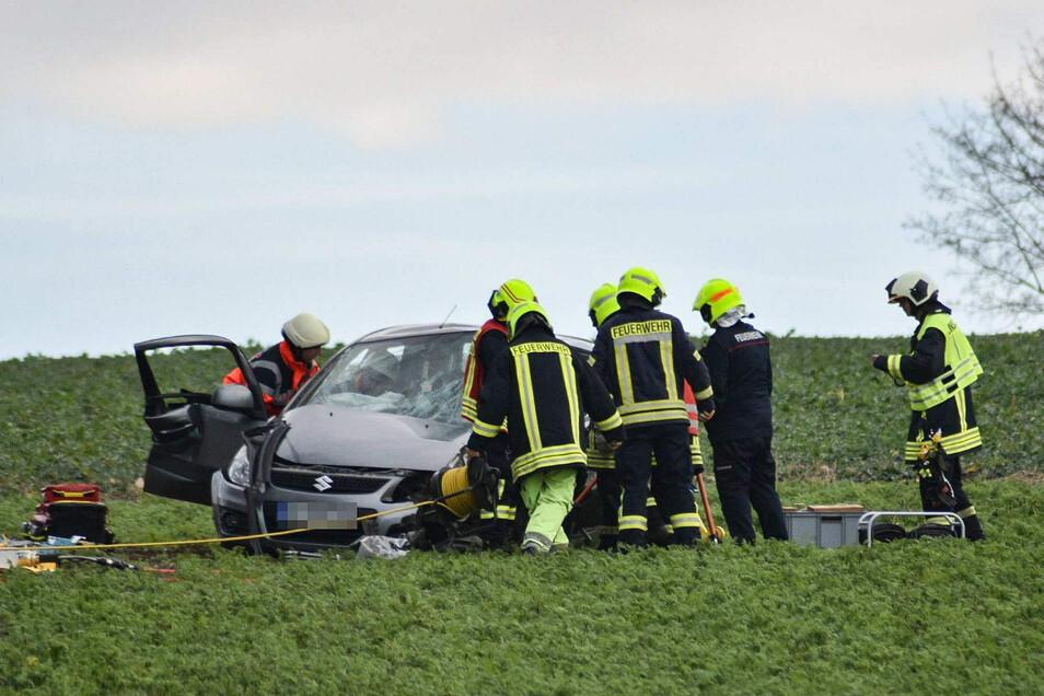 Feuerwehrkameraden haben die Frau aus dem deformierten Fahrzeug befreien müssen.