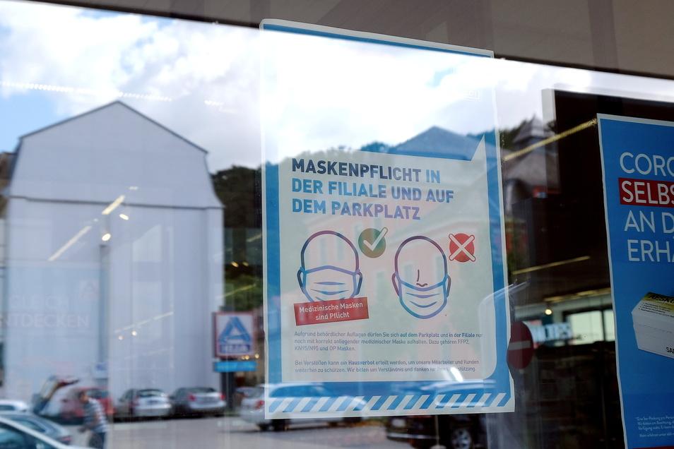 Klare Ansage, die ignoriert wird. Im Aldi am Meißner Neumarkt würde eigentlich Maskenpflicht gelten. Doch es interessiert höchstens zehn Prozent der Kunden.