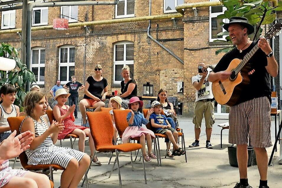 Dem Oberlausitzer Kindermusikfestival in Weißwasser war der Wettergott hold. In der Telux verzauberte Cattu, der Traumfänger, die Kids.