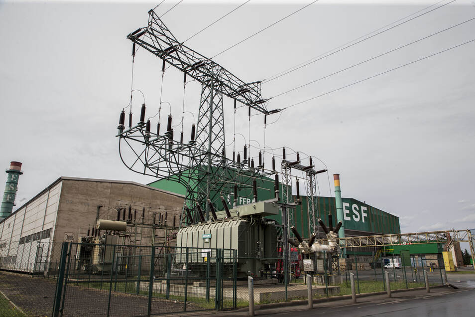 Das Umspannwerk am Feralpi-Gelände in Riesa. Mehr als 500 Millionen Kilowattstunden pro Jahr verbraucht das Stahlwerk.