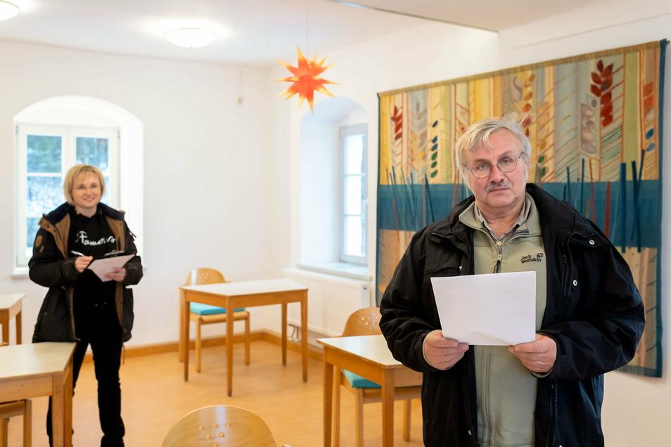 Pfarrer Wolfram Albert bei der letzten Baubesprechung mit Planerin Ute Hilmes aus Schmölln im sanierten Pfarrhaus von Oberottendorf.