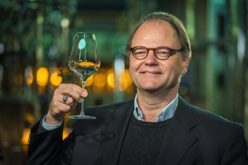 Wenn Peter Feldscher einen guten Weißwein genießt, dann nur aus einem Glas von Stölzle Lausitz, gefertigt in Weißwasser.