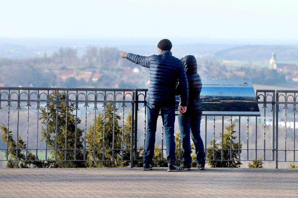 Dieses Paar wanderte am Ostersonntag auf den Löbauer Berg. Hier am Honigbrunnen genossen sie die schöne Aussicht ins Oberlausitzer Bergland.