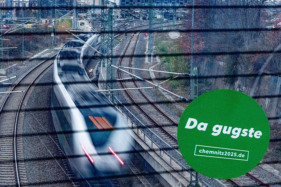 Konrad Duden hätte rebelliert – aber die Botschaft an der Sicherheitsscheibe auf der Brücke nahe dem Chemnitzer Hauptbahnhof (Hintergrund) ist eindeutig. Deutsche Bahn, Bund und Freistaat haben den kleinen grünen Aufkleber wohl übersehen.