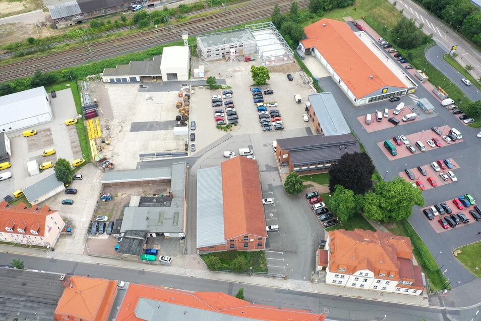 Am oberen Bildrand ist der Neubau des Sozialgebäudes und daneben die zukünftige Lagerhalle zu sehen. Zwischen der Verwaltung der Stadtwerke unten rechts und der Gaswerkshalle (Bildmitte) entsteht ein Verbindungsbau für das neue Service-Center.