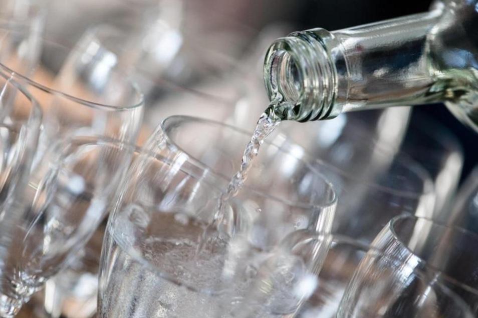 Forscher des Kompetenzzentrums Mineral- und Heilwasser haben sich mit der Frage beschäftigt, ob Mineralwasser wirklich besser ist als normales Leitungswasser.