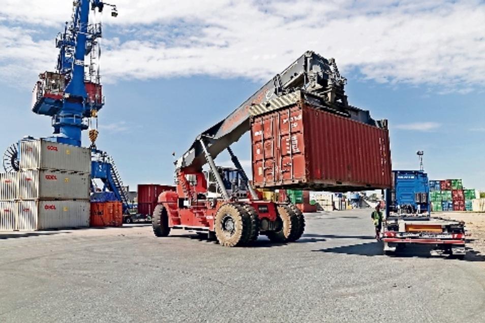 Mehr als 43.000 Containereinheiten wurden vergangenes Jahr im Hafen Riesa umgeschlagen – per Schiff gingen aber nur 2 400 auf die Reise.