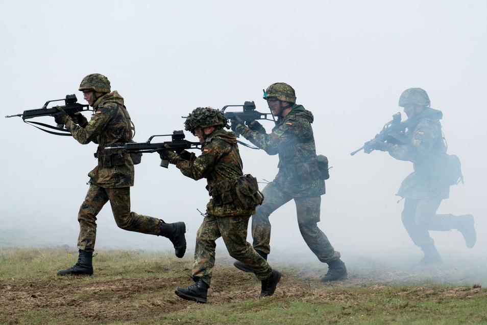 Bundeswehrsoldaten üben den Häuserkampf.