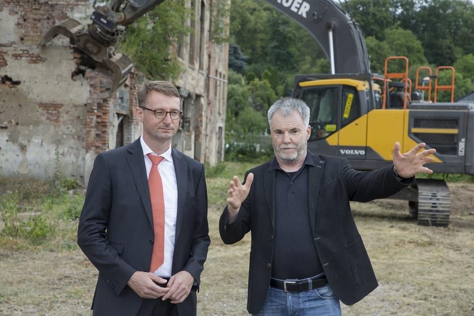 Letztes Treffen von Oberbürgermeister Uwe Rumberg (rechts) und Innenminister Roland Wöller (beide CDU) vor Freitals Lederfabrik.