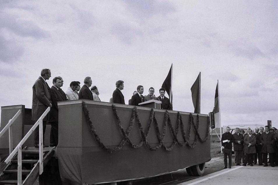 General- und Baustellendirektor, Verkehrsminister sowie Vertreter von Partei und Gewerkschaft bei der Eröffnung.